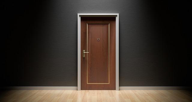 smolné dveře