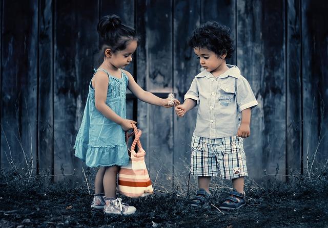 holčička a chlapeček