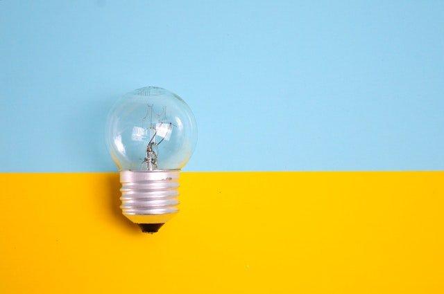 Žiarovka na žlto-modrom pozadí.jpg