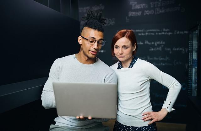 dvaja ľudia za počítačom.jpg