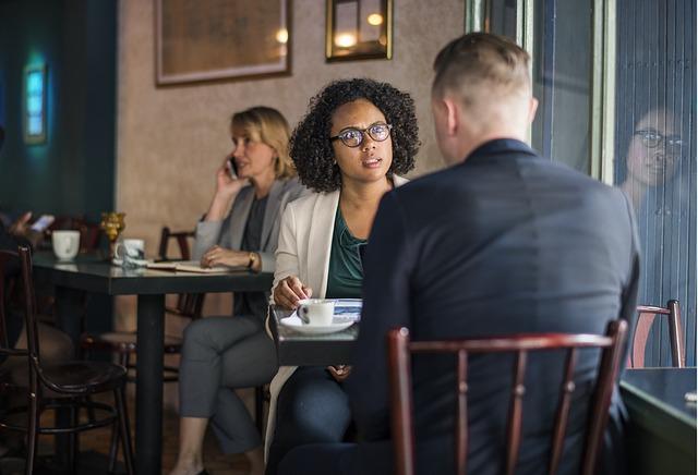 žena muž sedia pri stole.jpg