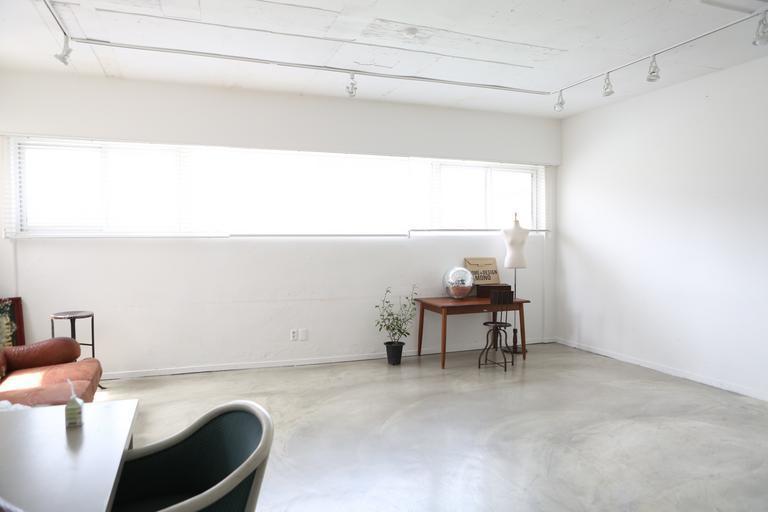 Biely interiér, moderný, minimalizmus