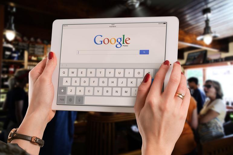 Ženské ruky držia biely tablet, Google.jpg