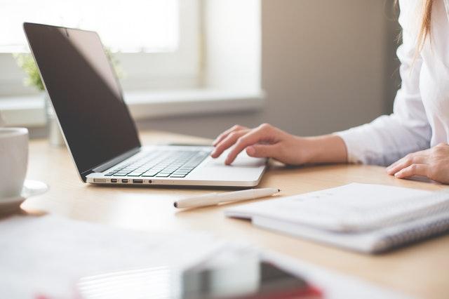 Žena v kancelárii pracuje na notebooku