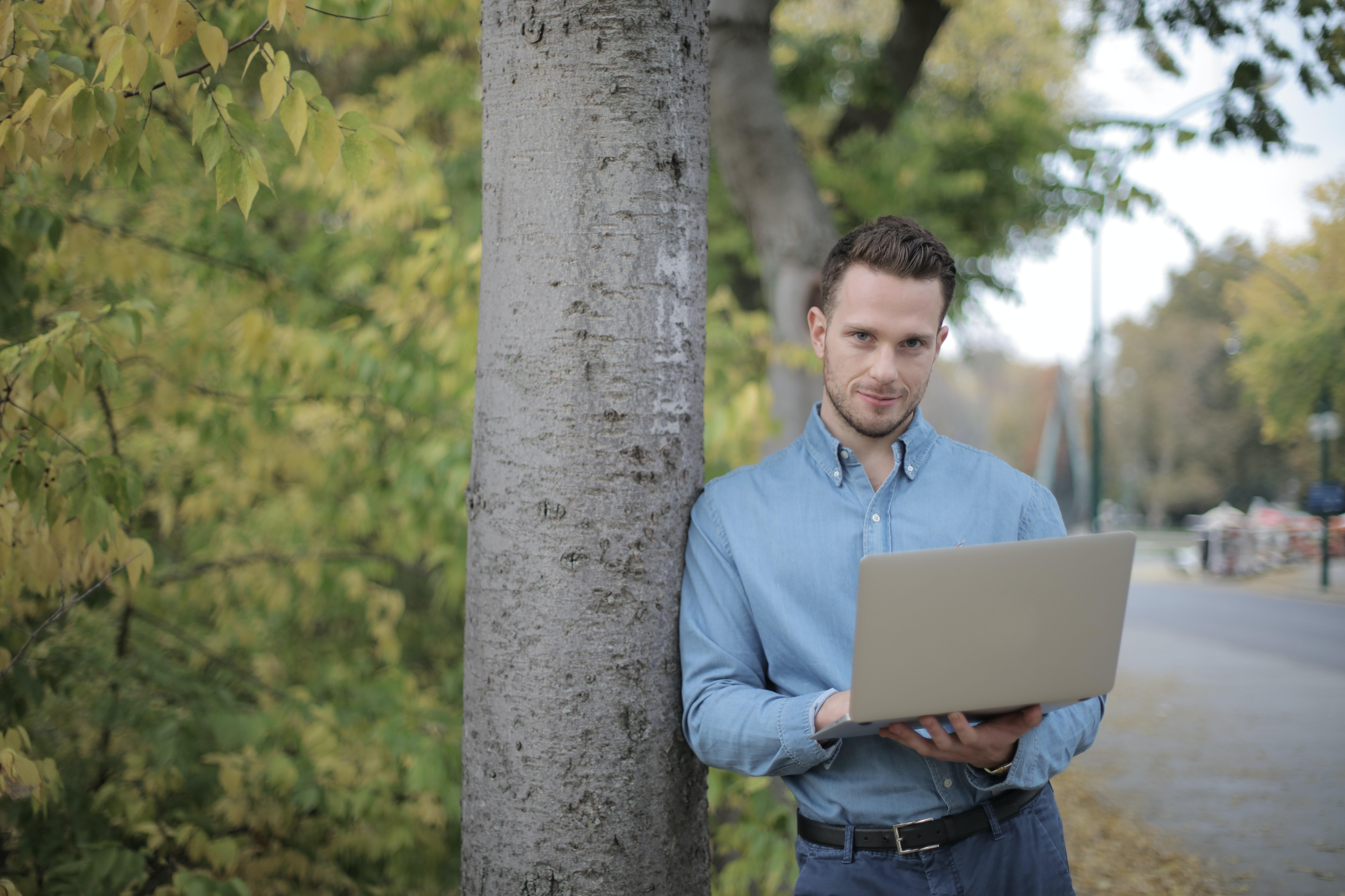 muž s laptopom