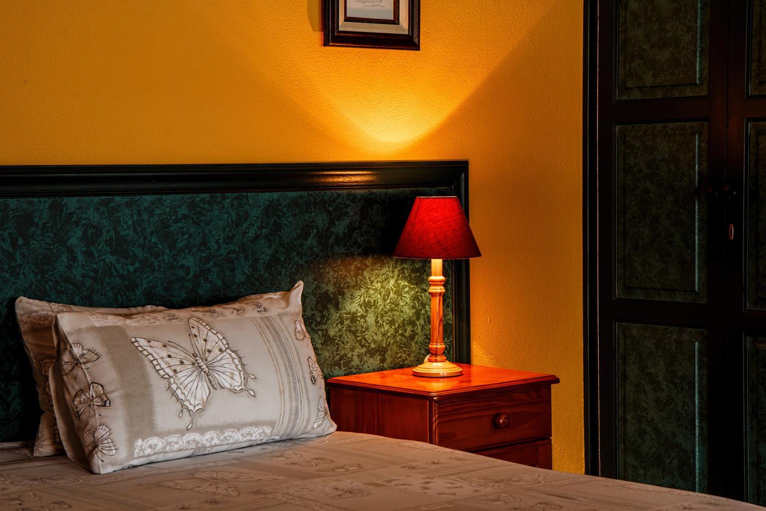 posteľ, lampa